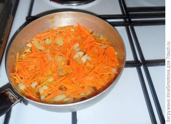 В это время готовим подливу. Пассируем лук и морковь (на растительном масле), в конце добавляя томатную пасту, чуть-чуть воды и соль.