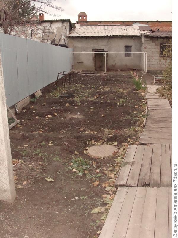 Дорожка вдоль дома и летней кухни