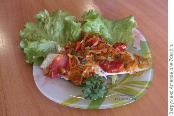 Камбала с луком-пореем и помидорами