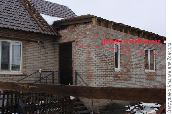 Веранда, подняли уровень крыши, вставили окна и новую дверь