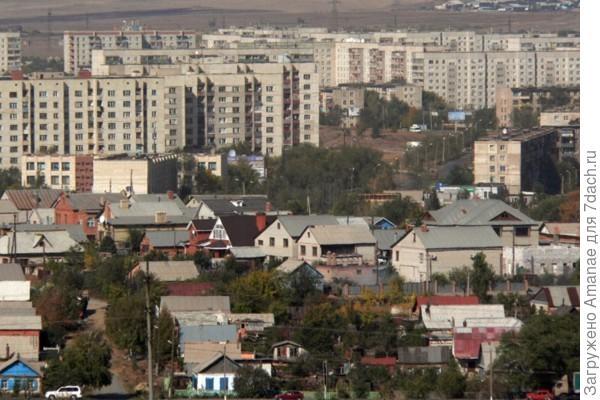 Орск - город контрастов. Многоэтажки и частный дом соседствуют совсем рядом