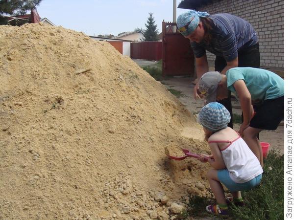 Как дети малые, в песочнице играют!