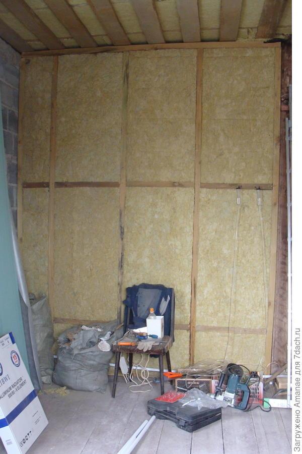 Наша новая стена, отделяющая веранду от теперь уже жилой комнаты