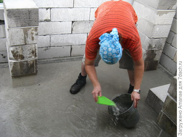 Собираем воду в ведро с помощью совка