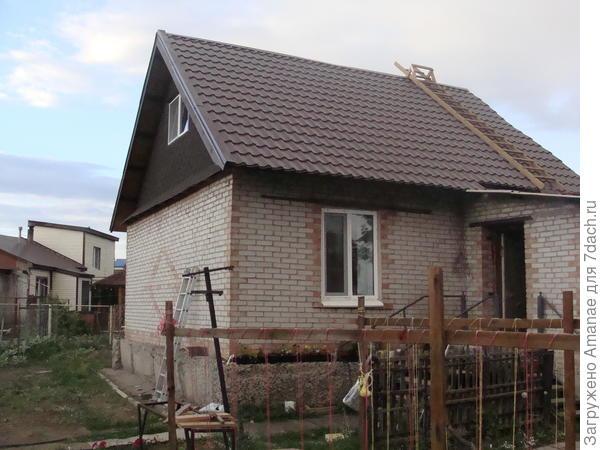 Вид на старую часть дома, построенного по каркасной технологии и обложенной кирпичом