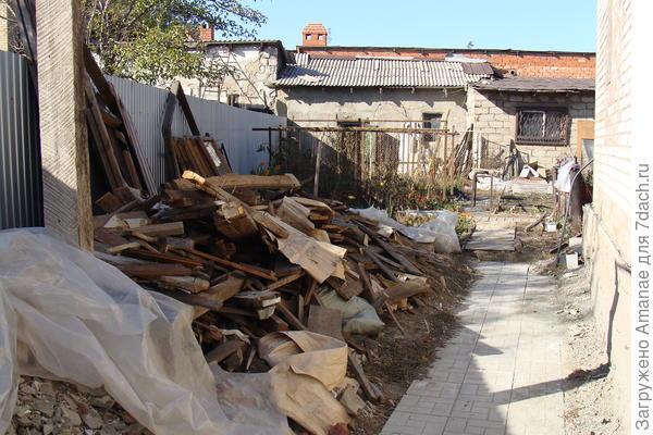 Складировать старые доски возле дома - очень пажороопасно