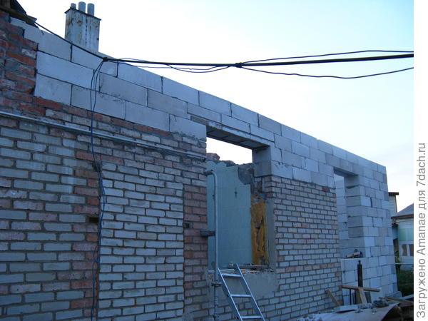 4 августа, подняли стены до общего уровня крыши, подготовили к заливке армопояса.