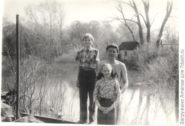 9 мая 1994 года, половодье, на заднем плане залит водой наш третий ярус, глубина около 2,5 метров