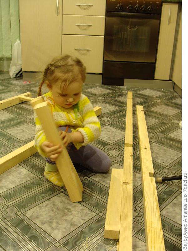 Дочка помогает собирать стеллаж