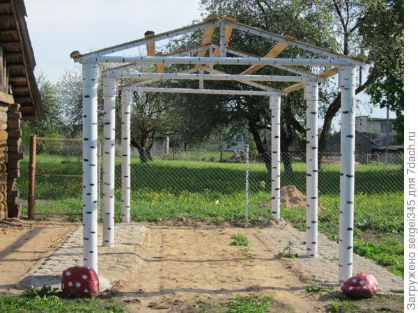 навес в процессе стройки. столбы железные но покрашены под березу