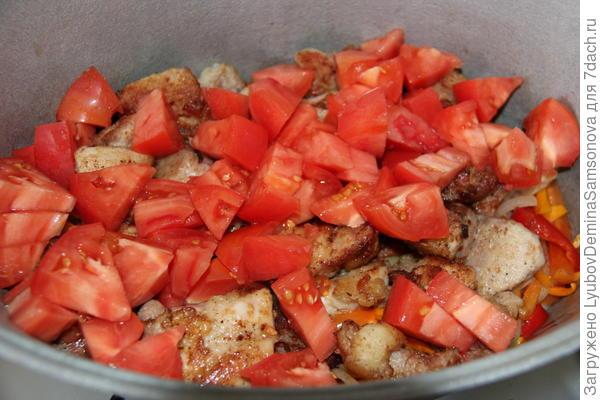 добавление помидоров к блюду