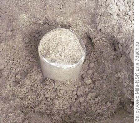 в нужном месте выкапываю ямку и закапываю туда банку по самое горло.