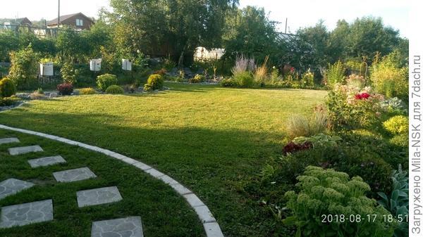 Вдоль бани и большой лужайки к огородику