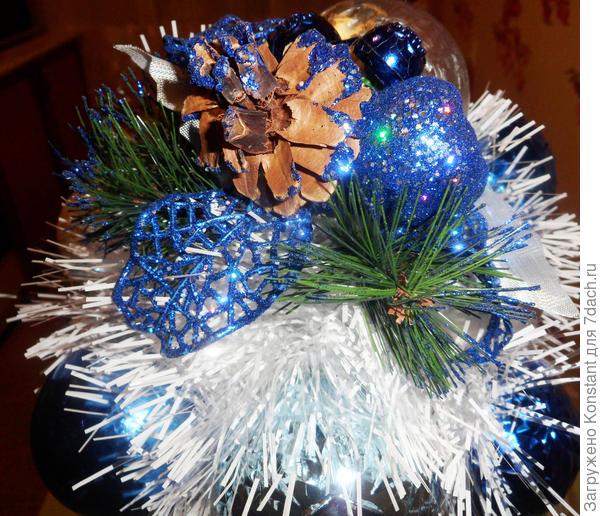 Новогодний топиарий в сине-белых тонах