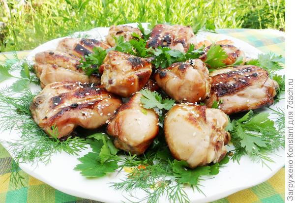 Для усиления восточного колорита можно посыпать готовую курицу кунжутом.