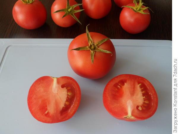Томат Грифон в продольном разрезе. Мякоть плотная. Вкус — насыщенно томатный, у кожицы сладковатый.