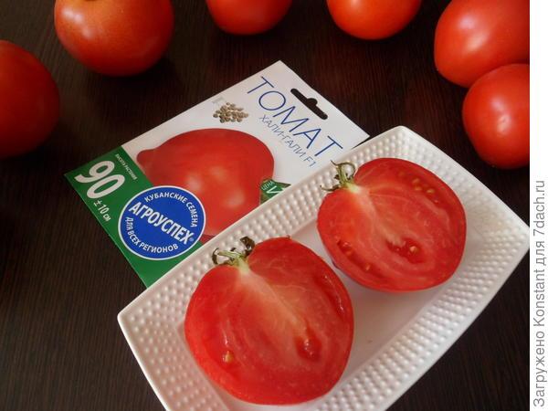 Плод томата в продольном разрезе, семечек почти не видно.