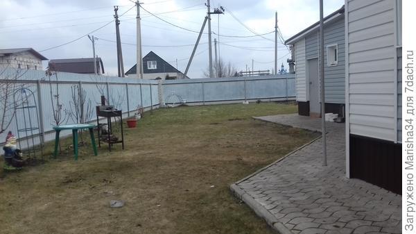 Вот эту площадь как то облагородить нужно.....газон как раз по уровню дома,далее маленький огородик)