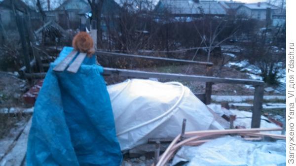 Переднюю стенку короба закрыла тентом от ветров. Котейка помогает.