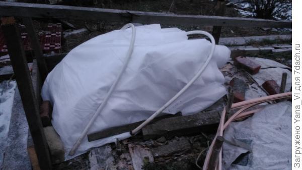 Укрыт в несколько слоёв, прижат дугами, чтобы ветром не сдуло.