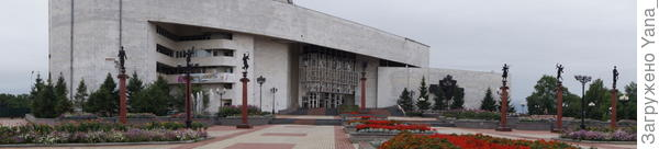 театр и площадь перед ним
