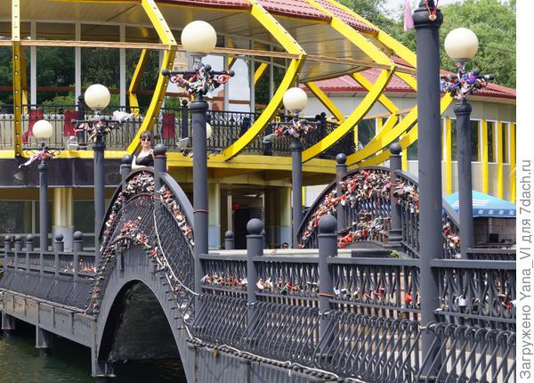 Поручни мостиков увешаны гирляндами замков. Похоже эта мода сейчас по всей стране.