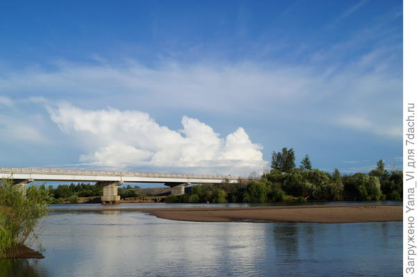 Слева мост, по которому проходит федеральная трасса