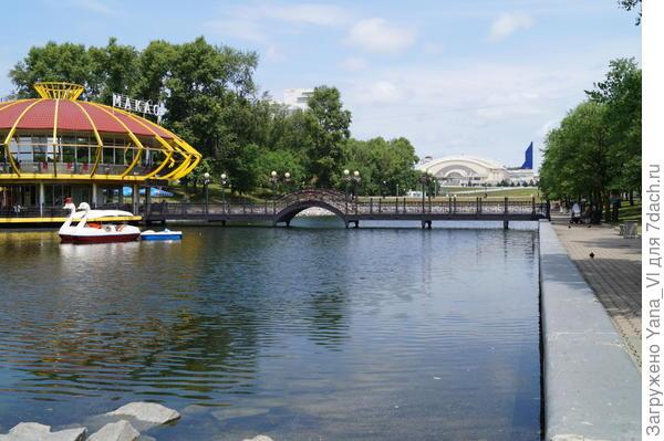 Парк отдыха вдоль каскада из трёх озёр. На дальнем плане виден шпиль ледового дворца.