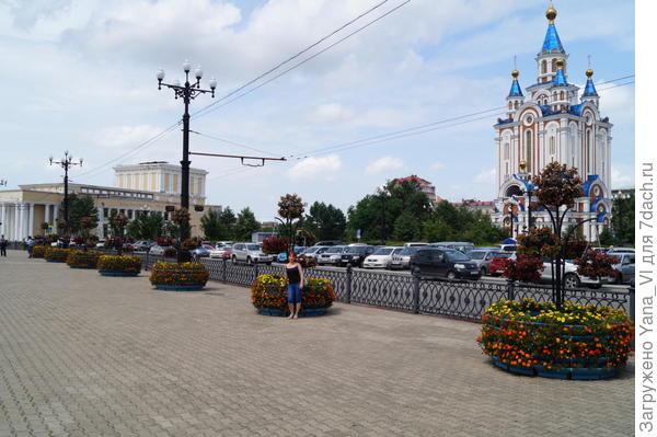 Комсомольская площадь. Памятника комсомольцам не видно, зато видно новопостроенный храм