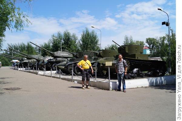 """Буквально на """"заднем дворе"""" Дома офицеров (если пройти в арку) большая выставка военной техники"""