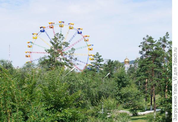 Сразу за выставкой большой парк (ну или зеленая зона с аттракционами и всякими скульптурами)