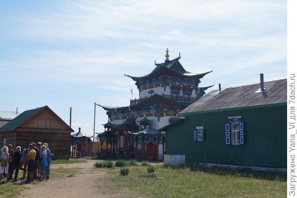 храм и домик рядом