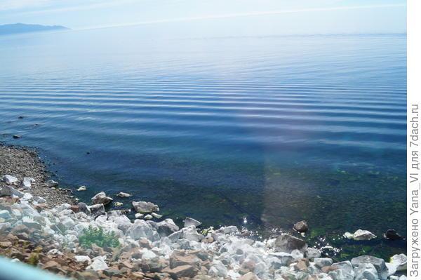 мрамор кусками на берегу