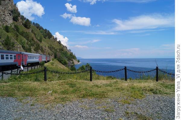 поезд на берегу