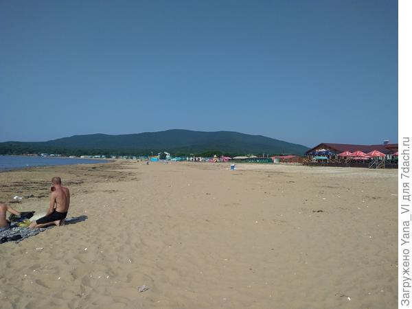 И бегом на пляж, открывать купальный сезон! Там пусто и почти безлюдно, потому что вода холодная. Но это даже хорошо, не люблю толпу...