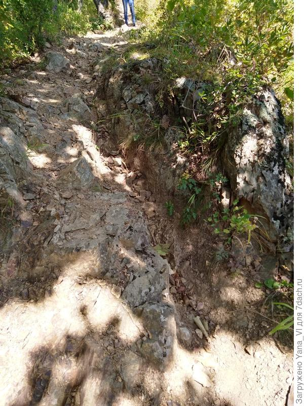 И снова тропинка пробита в скале...