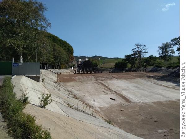 Здесь производят спуск воды из водохранилища