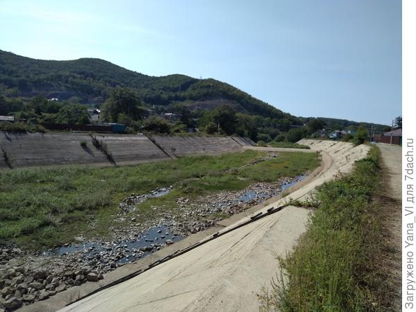 Уезжаем вдоль спускного канала водохранилища.