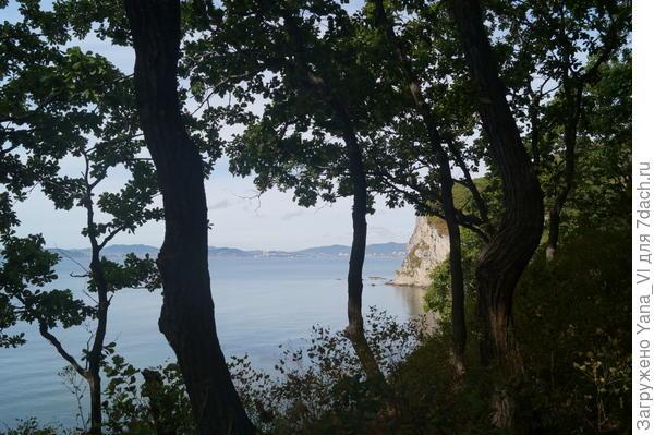 по краю берега бухты