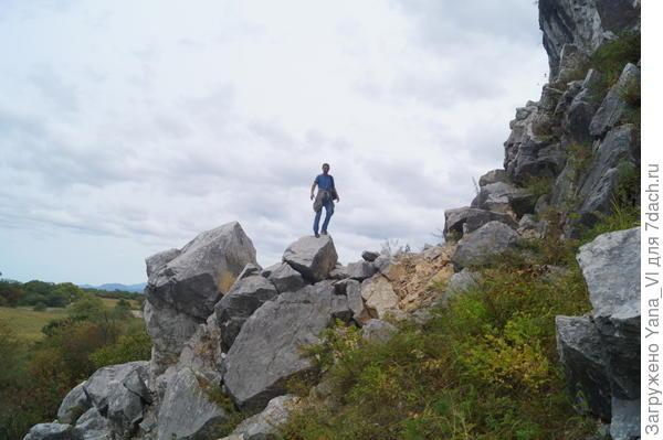 Камни от скалы откалываются огромные