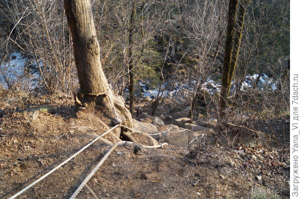 Спуститься к водопаду, чтобы сделать снимок снизу вверх можно только сползая по верёвкам по почти отвесным камням...
