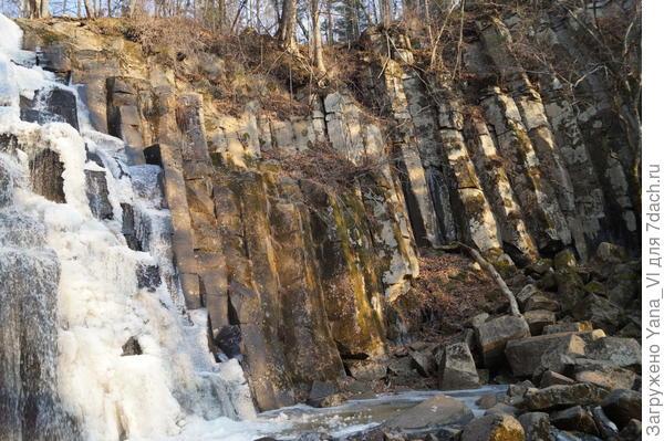 """""""Чаша"""" водопада тоже вся состоит из каменных колонн.."""