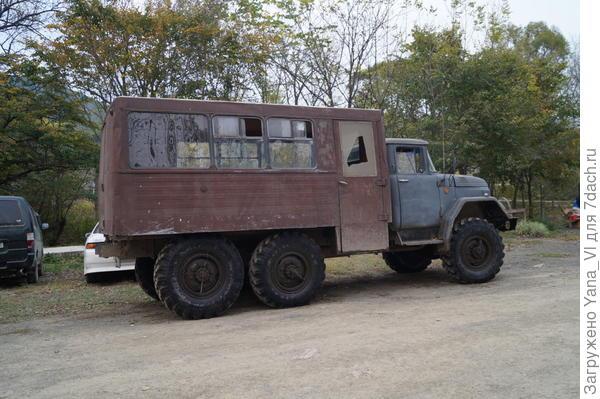 вот на таких авто возят туристов к подножию Педана