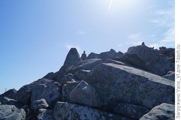 Камни на склоне горы. В кадр попала пара человек для масштаба