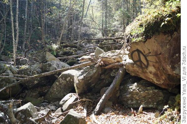 И вдруг тропа как то незаметно исчезает под завалами камней...