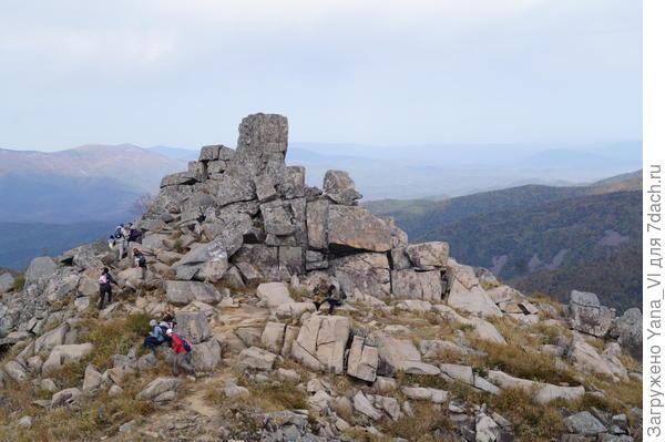 """Самый крупный камень по центру называют """"истуканом Маори"""""""