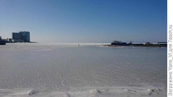 Лёд замёрз какими-то кругами, овалами...