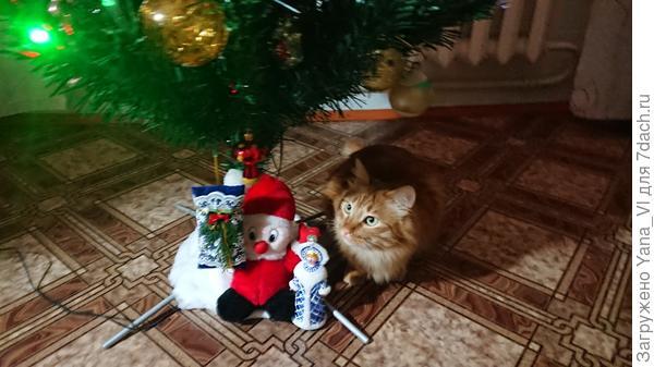 Изображает Новогоднюю игрушку :) Примазался