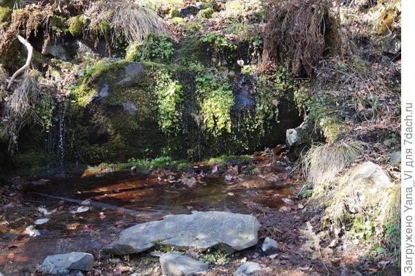 вода падает на совершенно ровную, гладкую плиту, как будто специально вытесанную.