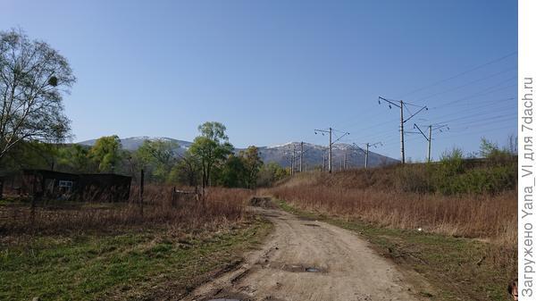 Видите заснеженную вершину вдалеке? Вот туда мы и сбегали за день:)